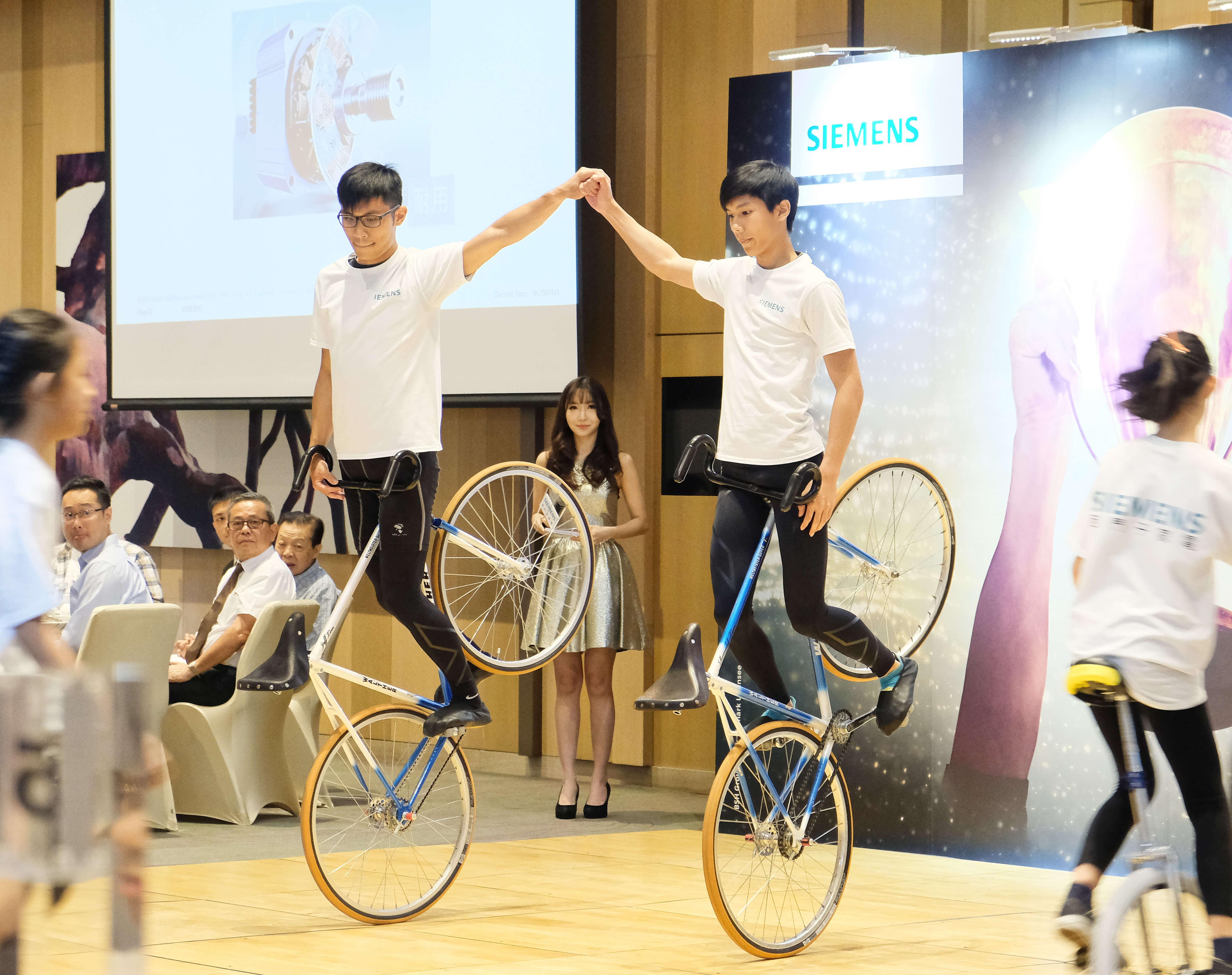 花式單車表演 室內 (Siemens)