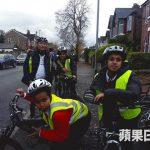 Fasi(后左)远赴英国修读单车教练及裁判课程,希望将专业的单车知识带来香港。