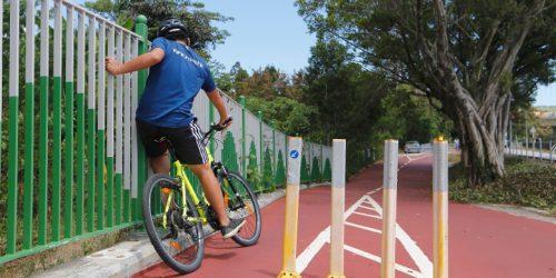 新單車徑設置過多防撞膠柱,把路面收窄至僅一部單車可通過。