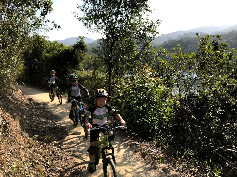 小隊員正在挑戰大欖郊野公園越野路段!