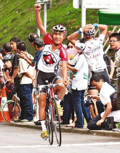 蔡其皓冲线时举手示意。香港文汇报记者潘志南 摄
